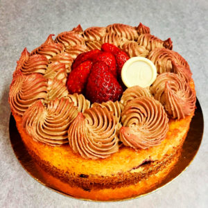 Tarta cheese cake (yogurt fruta roja y chantilly de chocolate con leche)